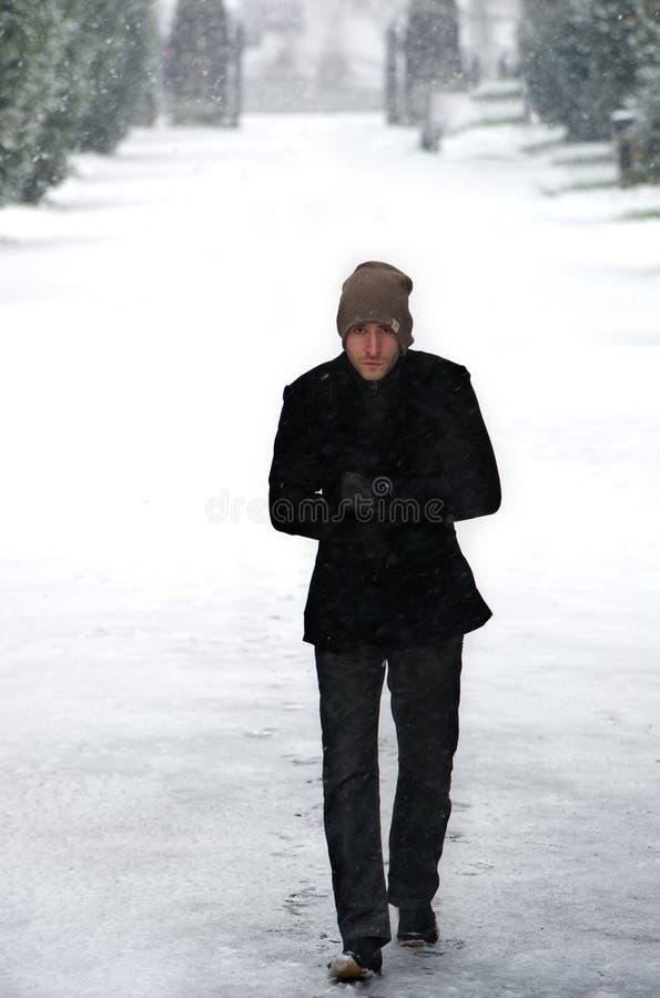 Giovane maschio alla moda in ritratto di inverno della neve fotografia stock libera da diritti