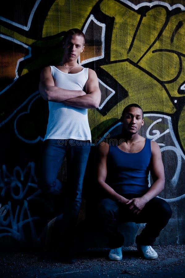 Giovane maschio con la priorità bassa dei graffiti fotografia stock