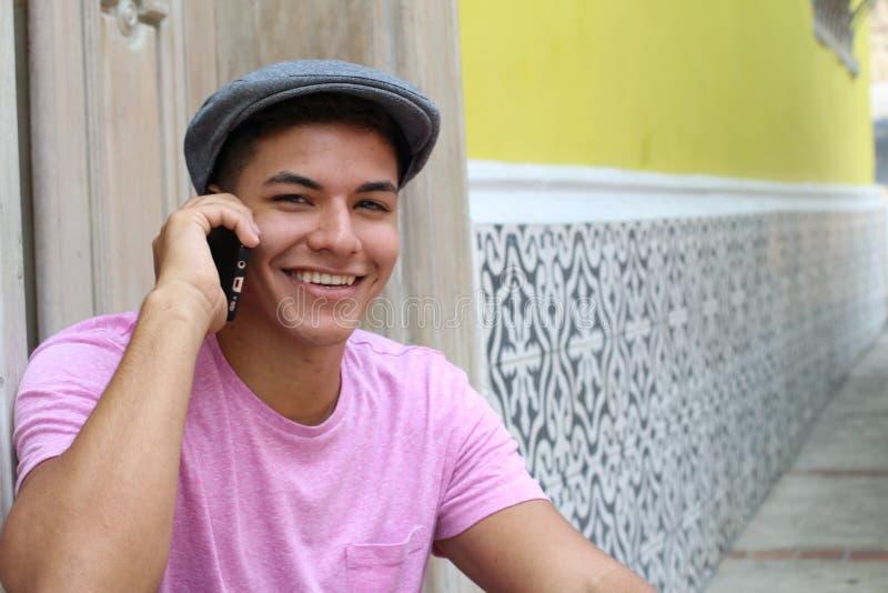 Giovane maschio felice che chiama dall'entrata domestica fotografia stock