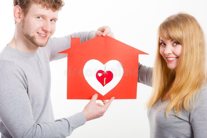 Giovane matrimonio innamorato con la casa e le chiavi fotografia stock