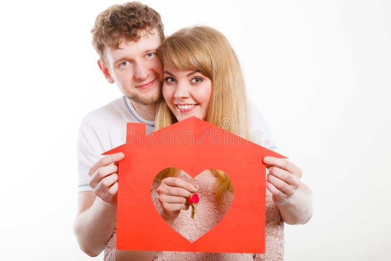 Giovane matrimonio innamorato con la casa e le chiavi immagini stock libere da diritti