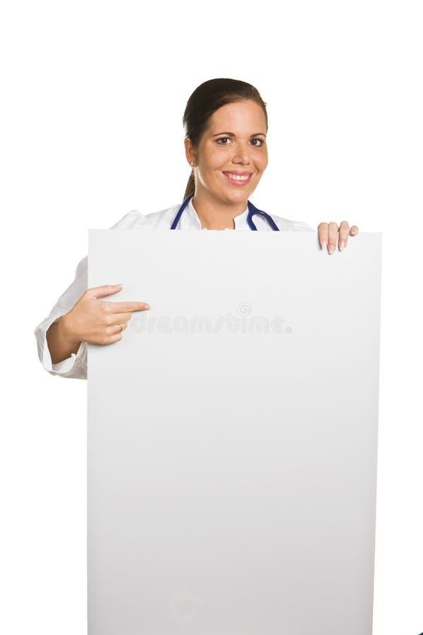 Giovane medico amichevole con un manifesto bianco vuoto fotografie stock