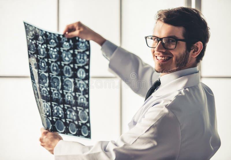 Giovane medico bello fotografie stock
