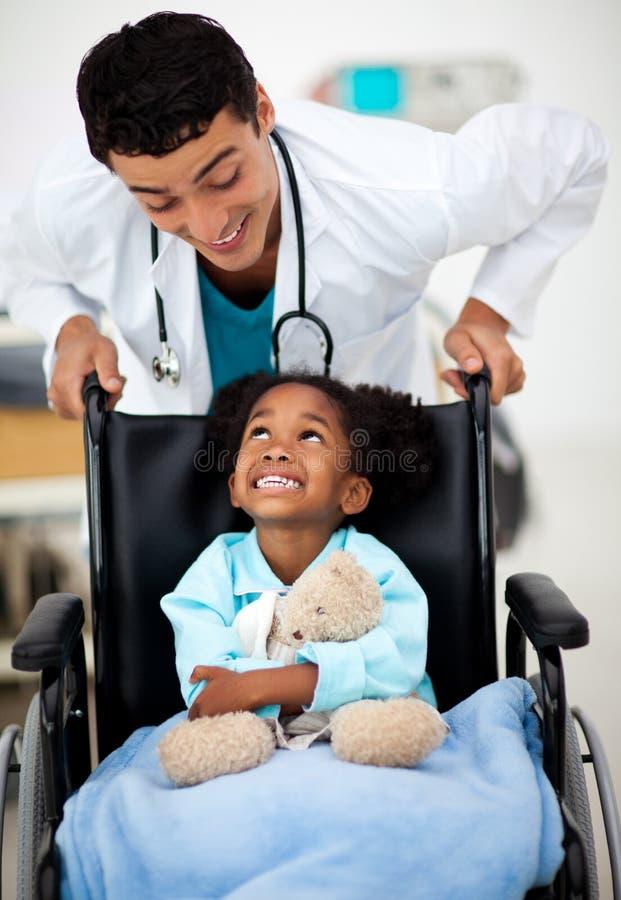 Giovane medico con un bambino ammalato fotografia stock