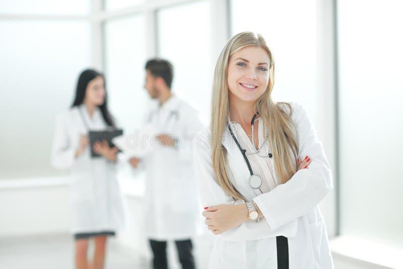 Giovane medico del pediatra che sta nel corridoio del centro medico fotografie stock