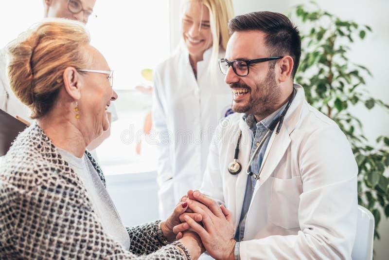 Giovane medico durante la gente domestica dell'anziano di visita fotografia stock libera da diritti