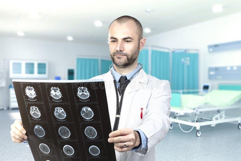 Giovane medico esamina i raggi x dentro l'ospedale fotografia stock libera da diritti