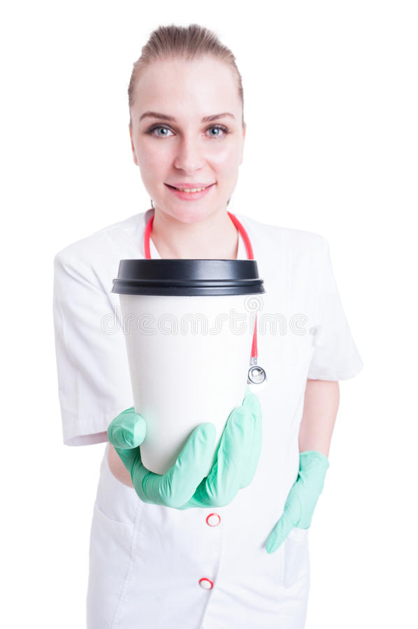 Giovane medico femminile allegro che dà una tazza di caffè immagine stock