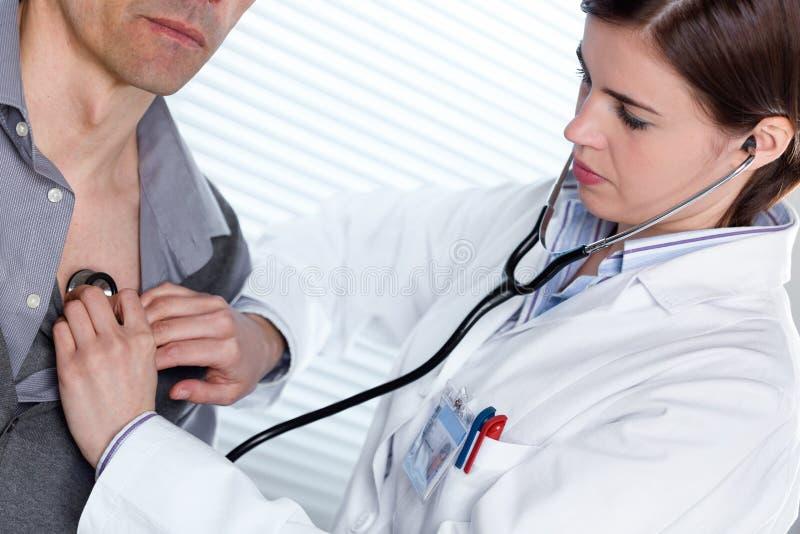 Giovane medico femminile che ascolta un battito cardiaco immagine stock libera da diritti
