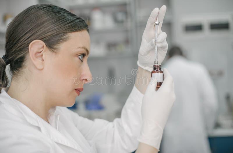 Giovane medico femminile che lavora in laboratorio fotografia stock