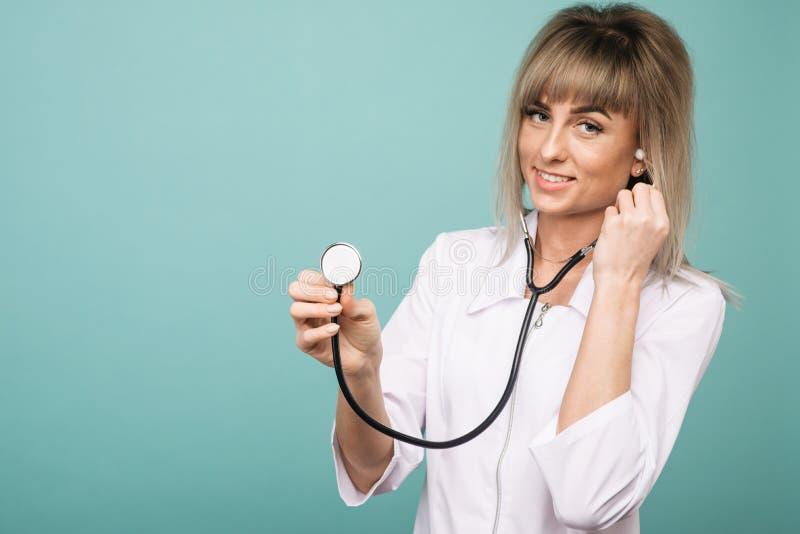 Giovane medico femminile con lo stetoscopio su priorit? alta fotografie stock libere da diritti