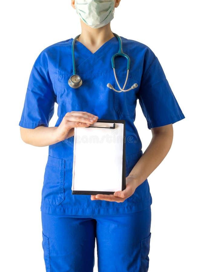 Giovane medico femminile nello spazio in bianco vuoto della tenuta uniforme medica blu fotografie stock libere da diritti
