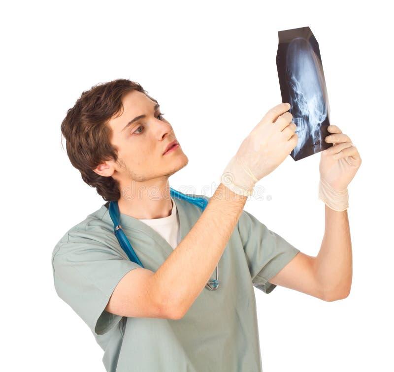 Giovane medico maschio con i raggi X immagini stock