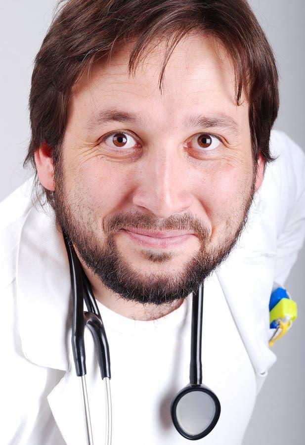 Giovane medico maschio con la barba immagini stock