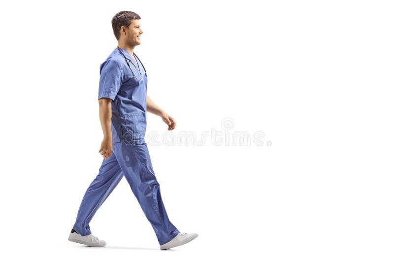 Giovane medico maschio in una camminata blu dell'uniforme fotografie stock