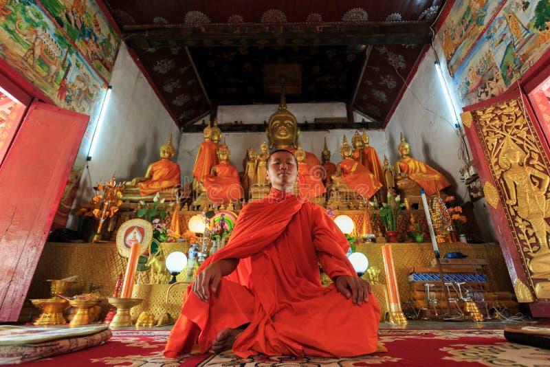 Giovane meditare del monaco buddista immagine stock libera da diritti
