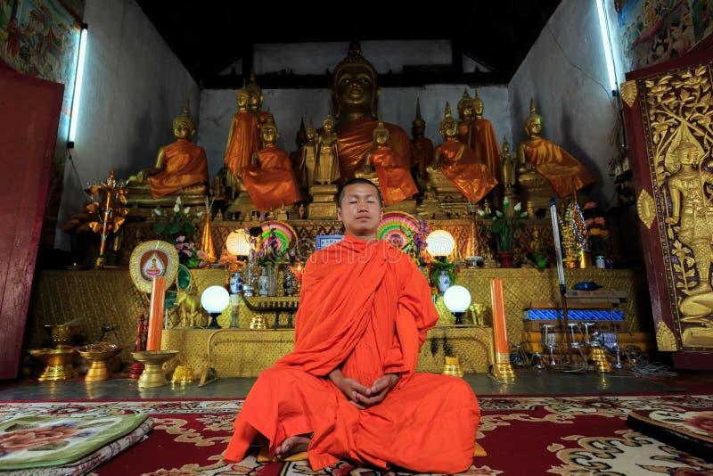 Giovane meditare del monaco buddista fotografia stock libera da diritti