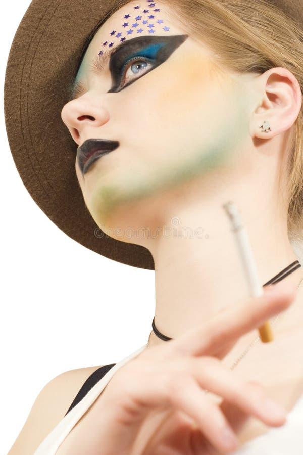 Giovane modello alla moda con trucco immagine stock