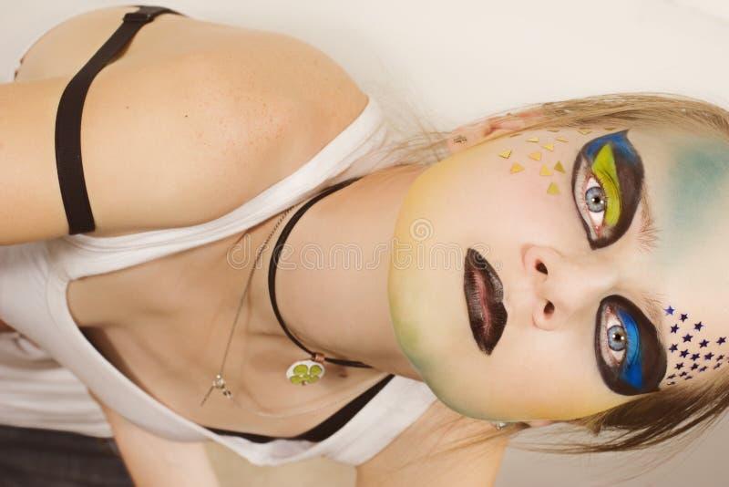Giovane modello alla moda con trucco immagini stock