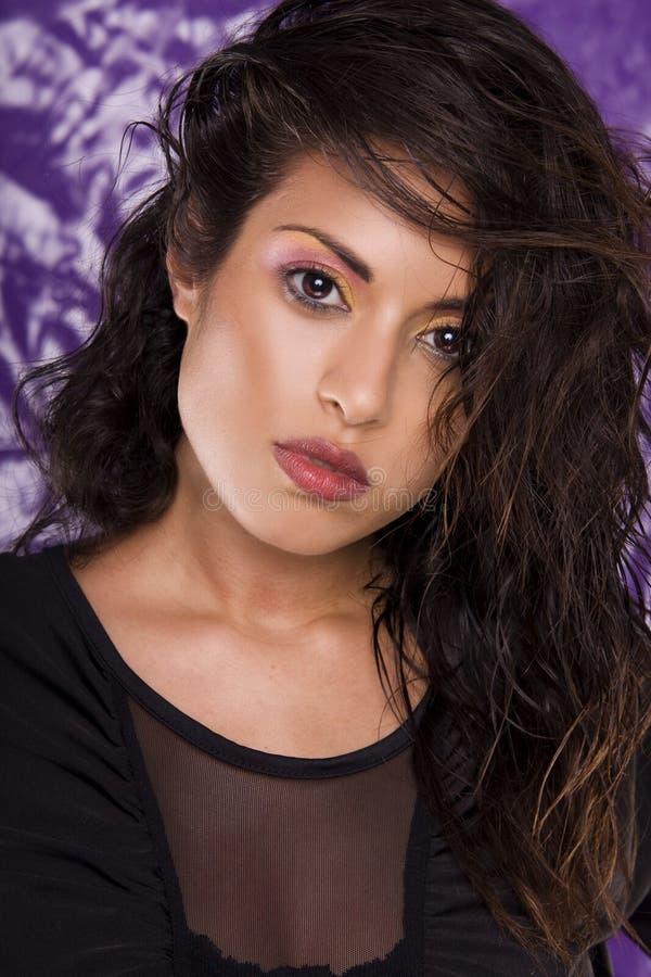 Giovane modello attraente sulla viola fotografia stock