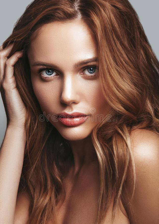Giovane modello biondo della donna con trucco naturale fotografia stock