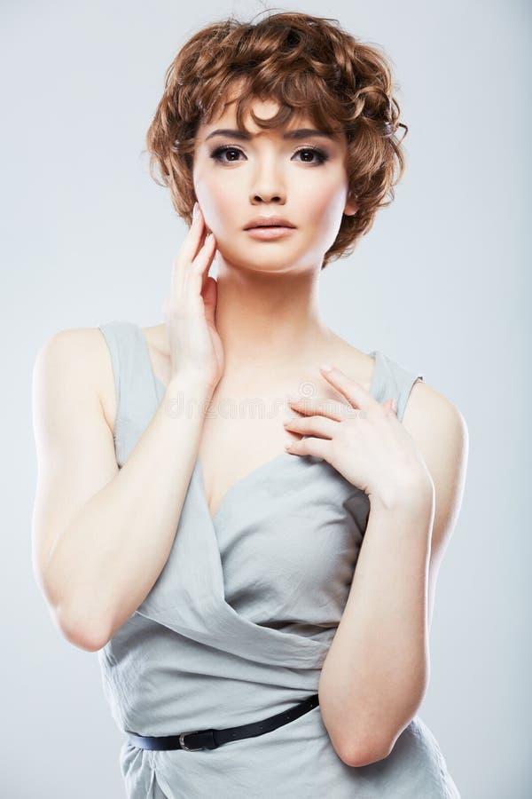 Giovane modello con brevi capelli ricci che posano nello stile di modo alla st fotografia stock
