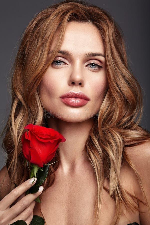 Giovane modello con trucco naturale e pelle perfetta fotografie stock