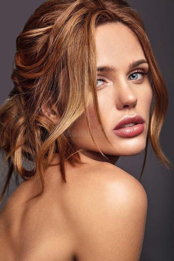 Giovane modello con trucco naturale e pelle perfetta immagini stock
