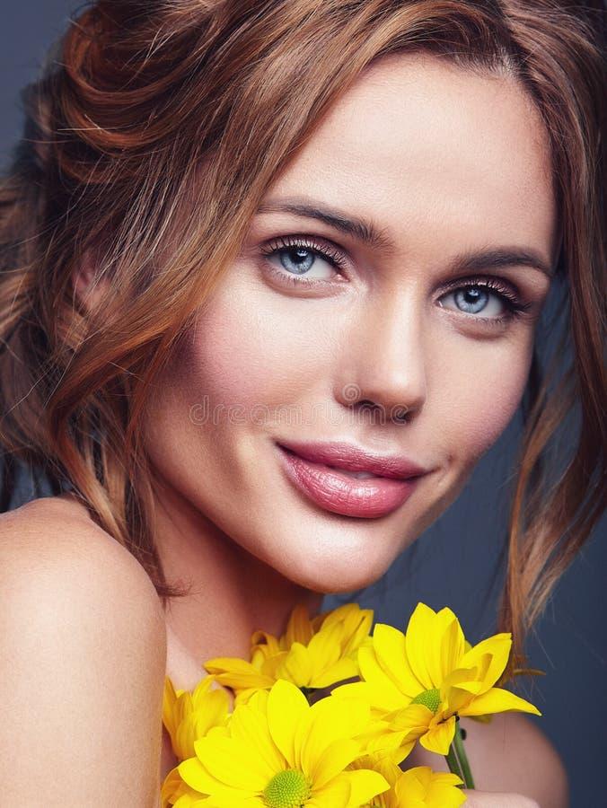 Giovane modello con trucco naturale e pelle perfetta fotografia stock
