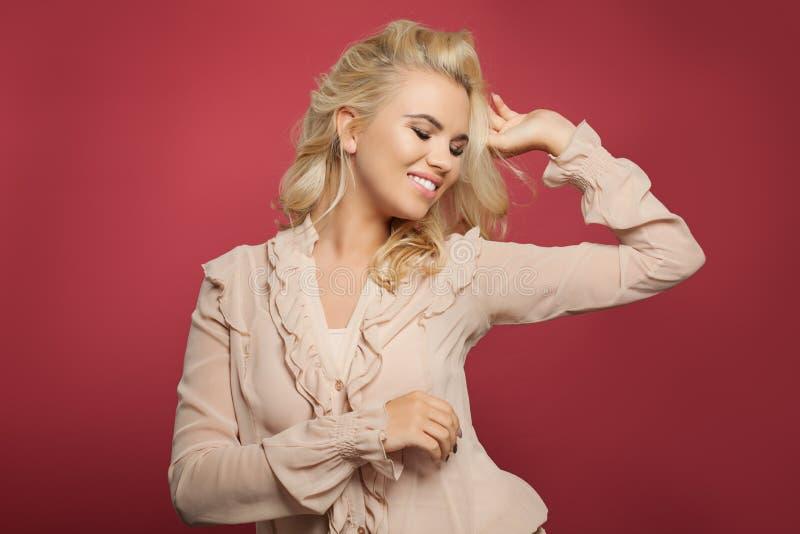 Giovane modello di moda felice della donna divertendosi sul fondo rosa luminoso variopinto fotografie stock libere da diritti