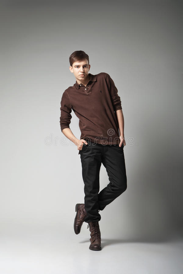 Giovane modello di moda maschio che posa in attrezzatura casuale fotografia stock