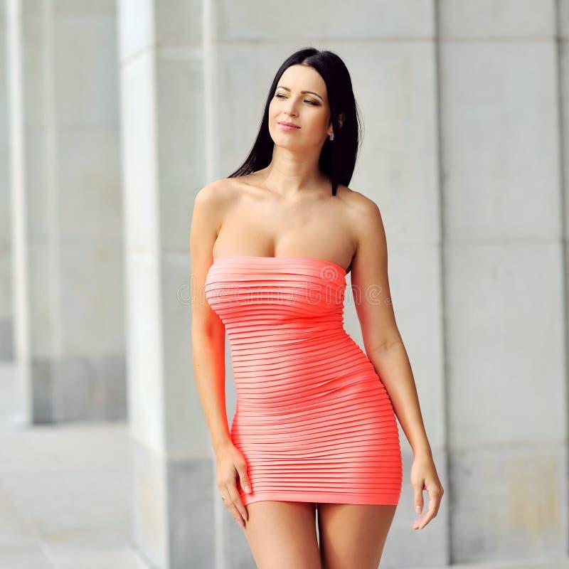 Giovane modello di moda nella posa rossa del vestito all'aperto fotografia stock libera da diritti