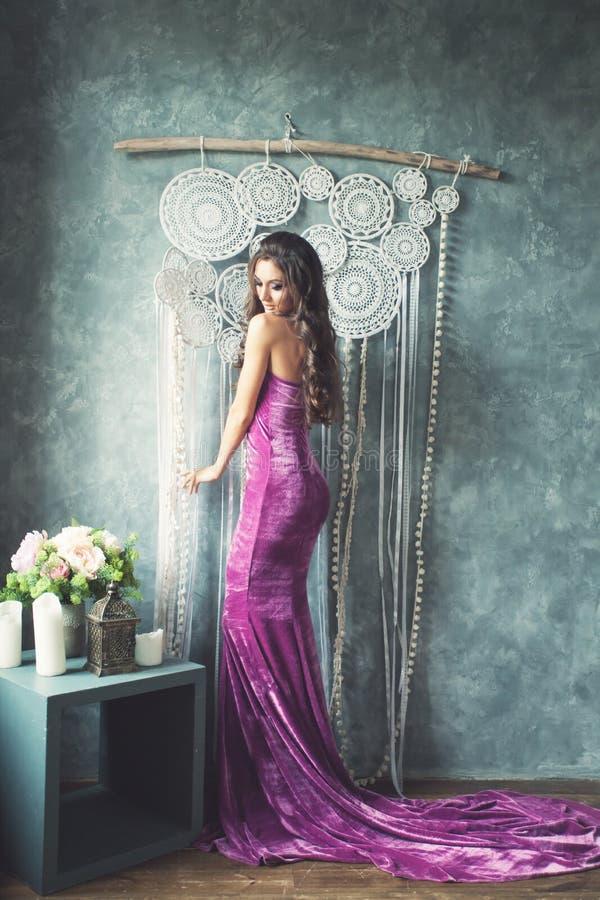 Giovane modello di moda splendido Wearing Gown della donna immagini stock libere da diritti