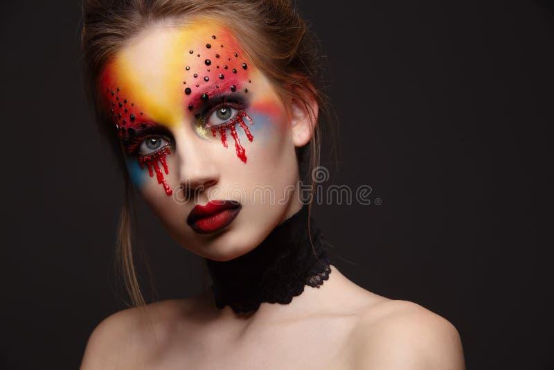 Giovane modello femminile con trucco sanguinoso degli occhi fotografia stock libera da diritti