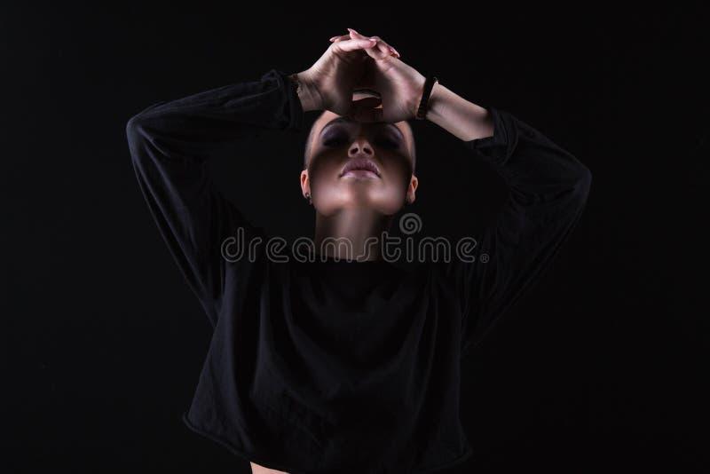 Giovane modello sensuale nel nero immagini stock