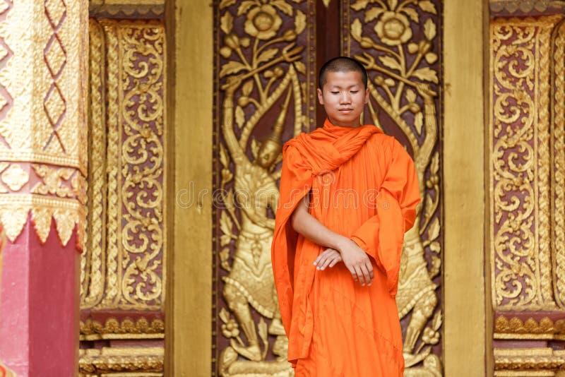 Giovane monaco buddista Standing In Front Of Monastery fotografie stock libere da diritti