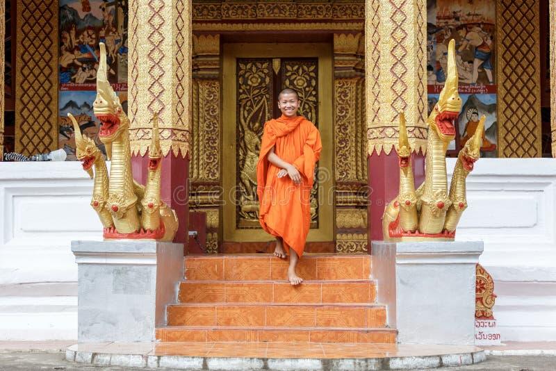 Giovane monaco buddista Walking In Front Of Monastery fotografie stock
