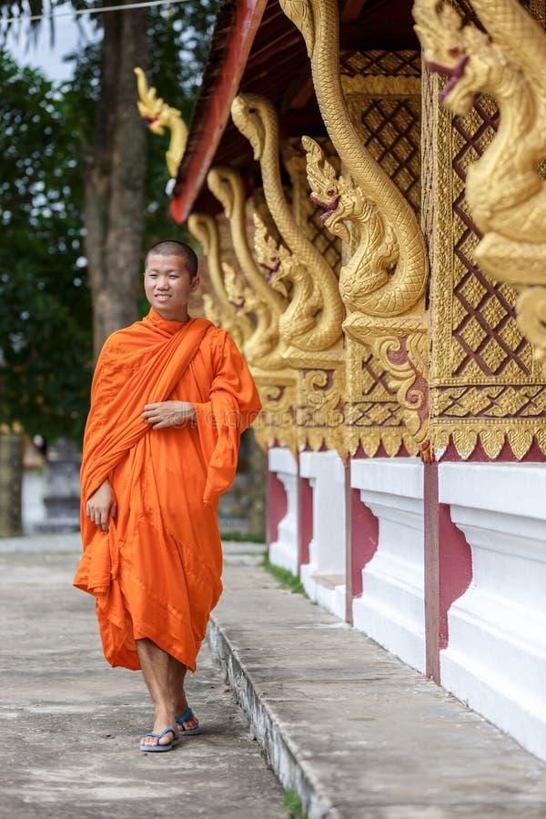 Giovane monaco buddista Walking Next To il tempio immagine stock