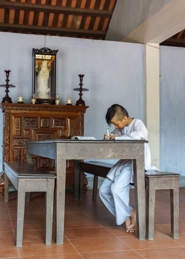 Giovane monaco del ragazzo che studia nell'aula a Thien buddista reale MU immagini stock libere da diritti
