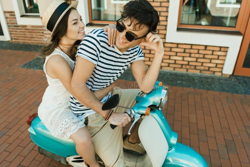 Giovane motorino alla moda di guida delle coppie insieme immagine stock