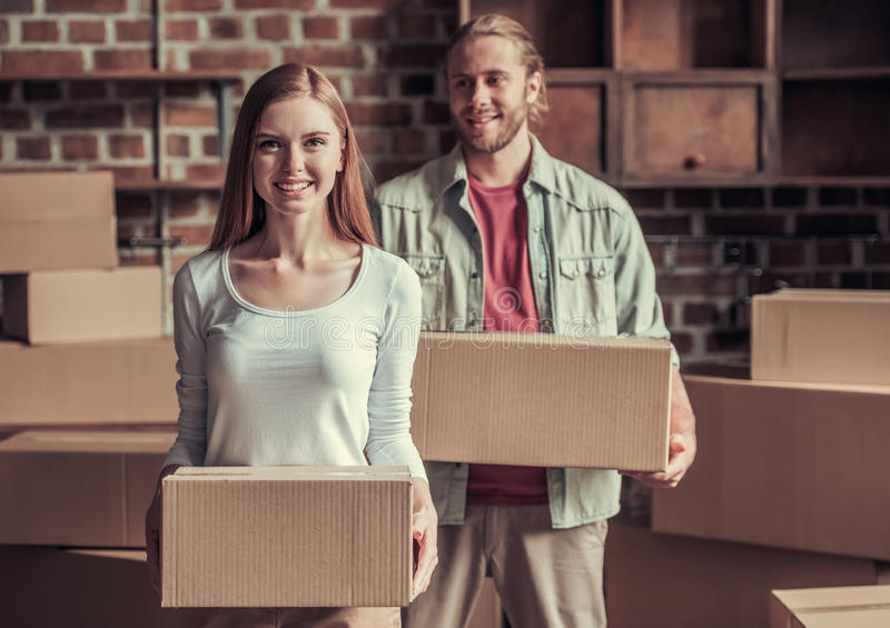 Giovane muoversi delle coppie fotografia stock