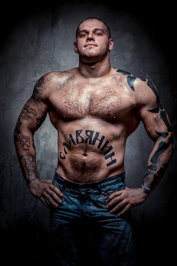Giovane muscolare con molti tatuaggi fotografia stock