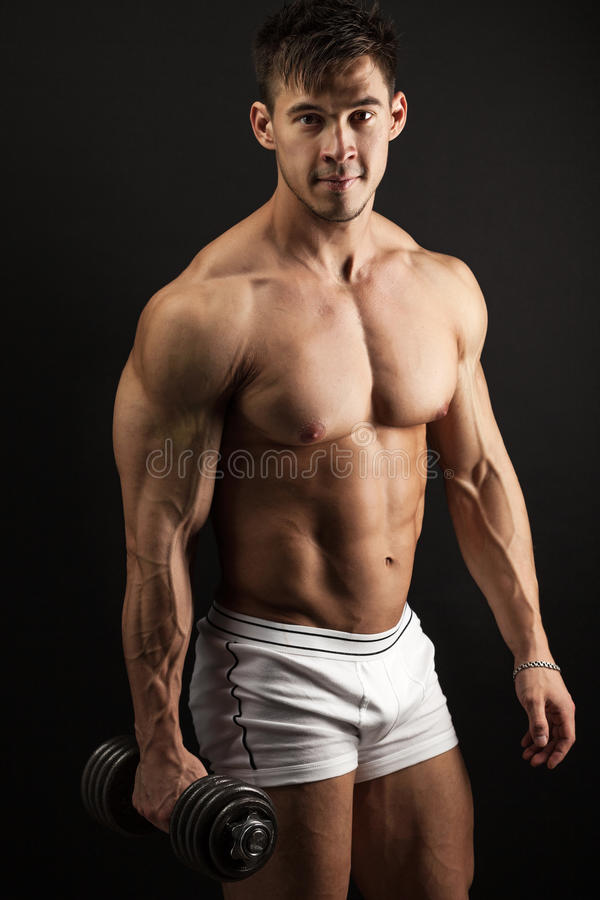 Giovane muscolare con una testa di legno immagine stock