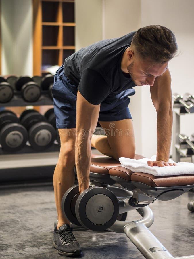 Giovane muscolare, Pecs di formazione sul banco della palestra immagine stock libera da diritti