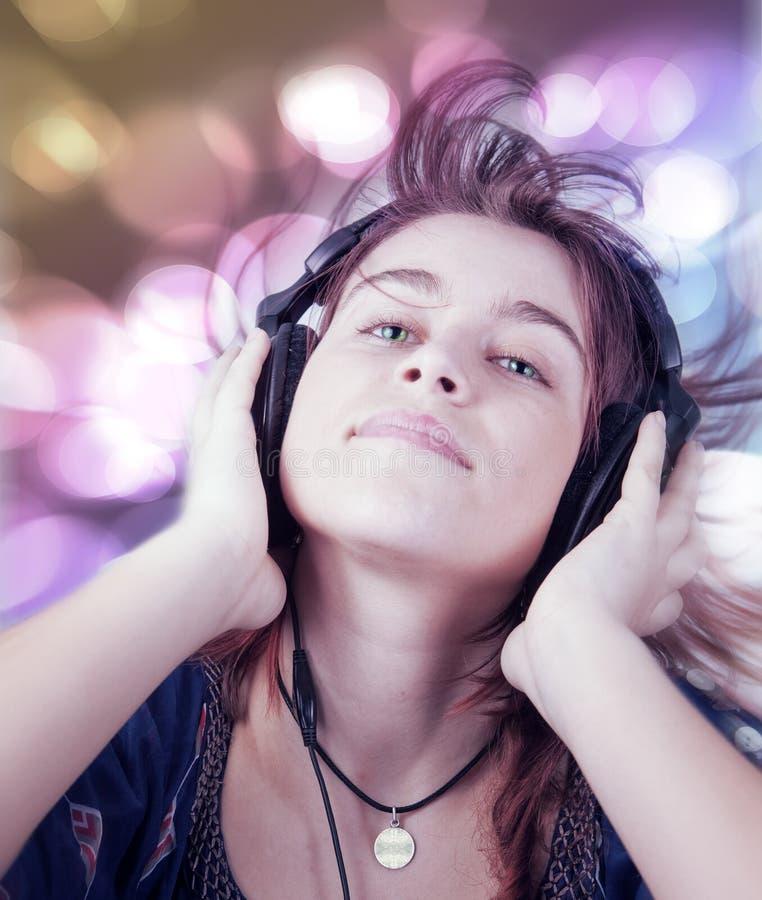 Giovane musica di ballo d'ascolto teenager attiva della donna fotografia stock libera da diritti