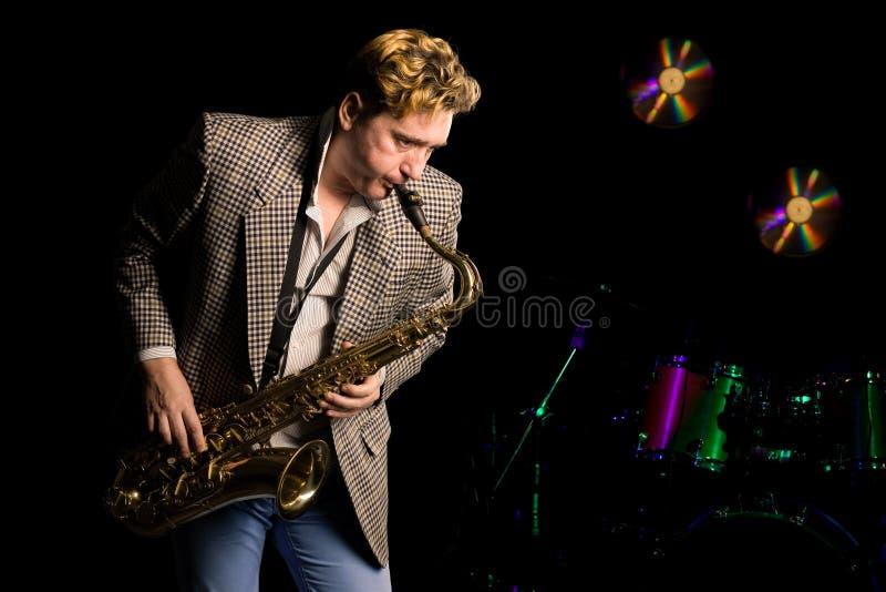 Giovane musicista di jazz con il sassofono fotografia stock