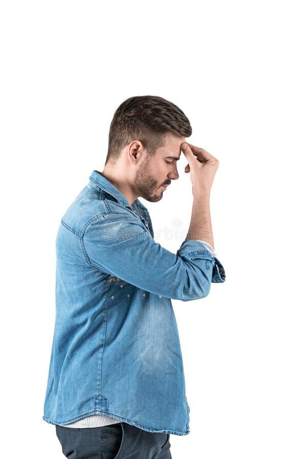 Giovane nel pensiero della camicia dei jeans duro, isolato immagini stock