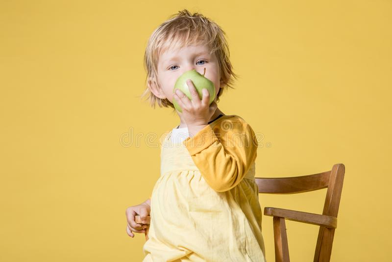 Giovane neonata in vestito giallo su fondo giallo fotografie stock libere da diritti