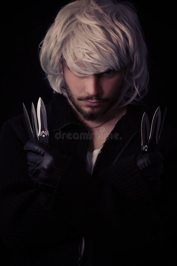 giovane ninja che mostra le lame fotografie stock libere da diritti