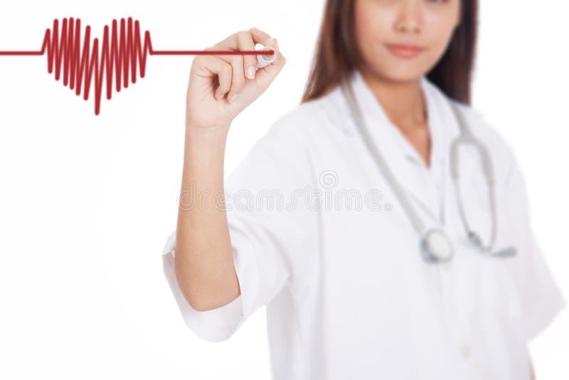 Giovane onda femminile asiatica del cuore di tiraggio di medico con marke rosso fotografie stock libere da diritti
